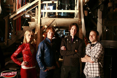 Foto do Kryptonsite mostra a Legião, formada pelos atores Alexz Johnson, Calum Worthy e Ryan Kennedy, ao lado do roteirista Geoff Johns